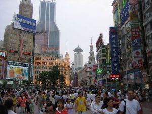 nanjing-road-outdoor-mall-http://www.interculturalurbanism.com/wp-content/uploads/2011/09/NanjingRd.Shanghai1.jpg